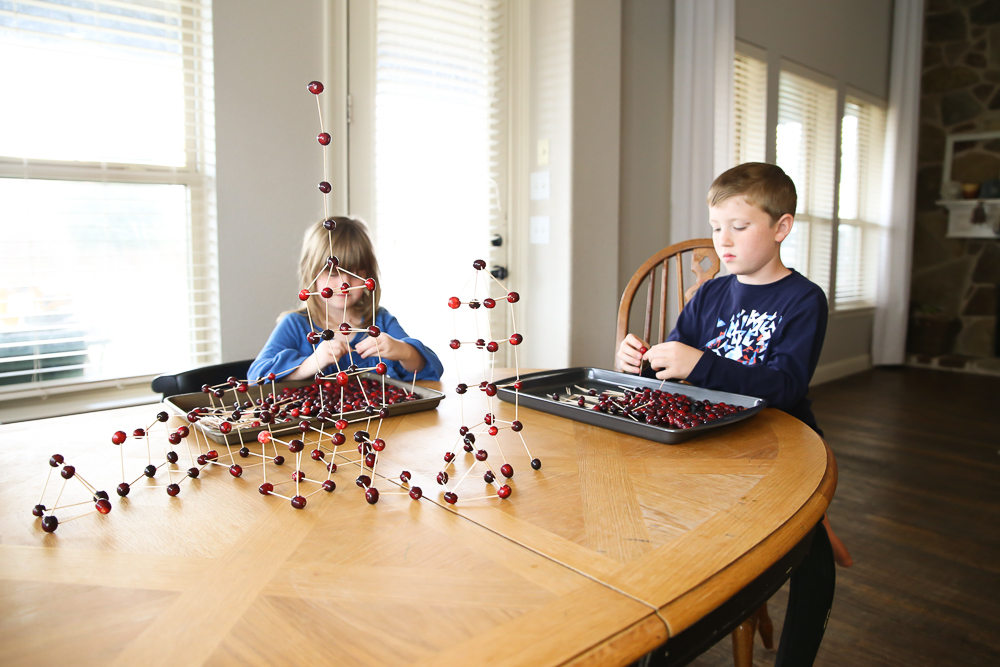 Make STEM a festive part of the holiday break with this SUPER EASY activity | BabyRabies.com